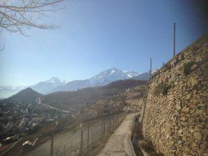 Les hauteurs de Sion depuis le bisse de Clavau